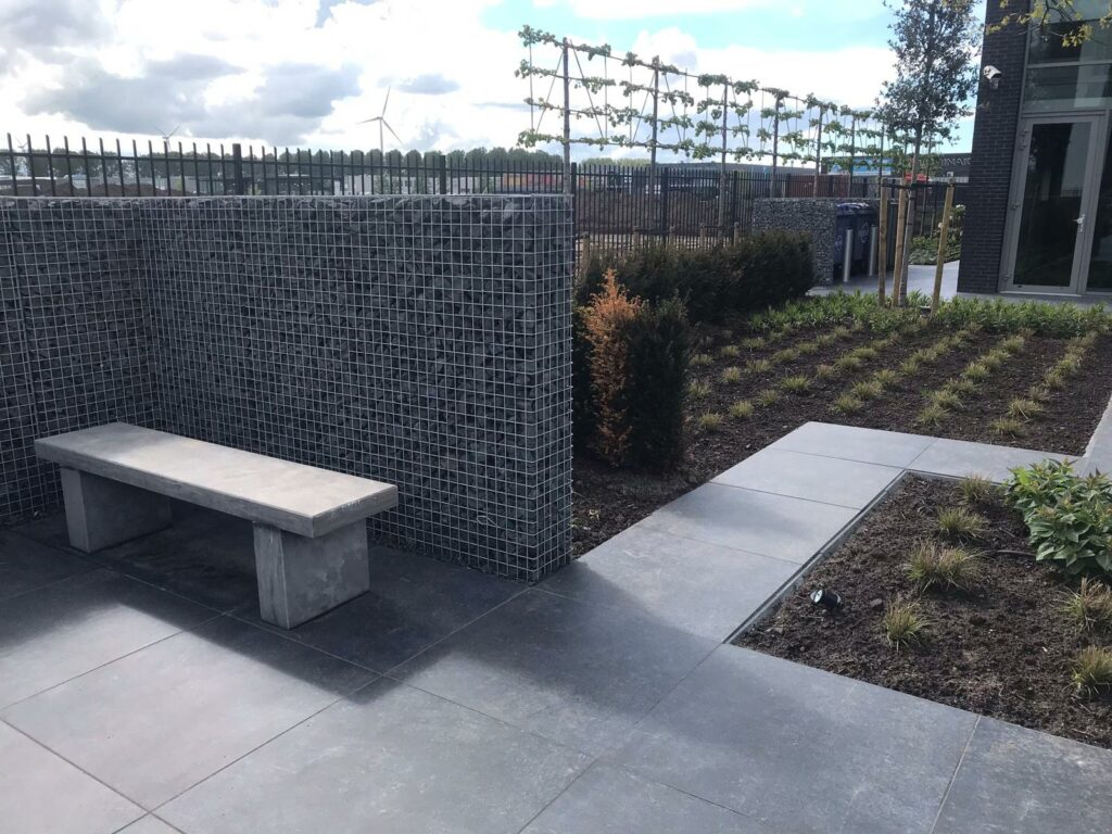 terrastegels, tuintegels, sierbestrating, keramische tegels, betontegels, tuintegels in beton, geoceramica, keramiek en natuursteen schanskorf