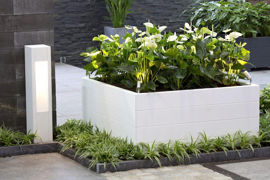 bloembak steenkorven plantenbakken moestuin modern sfeer planten zomerbloeiers natuursteen hout composiet steen cortenstaal trellis terrasbloembak terras douglas minigarden