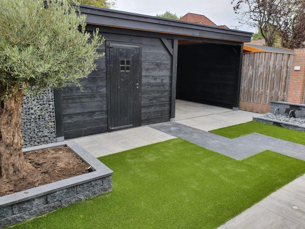 Achtertuin tuininspiratie gras sierbestrating tegels vlonders schutting bloembakken tuindesign tuinontwerp terras trends