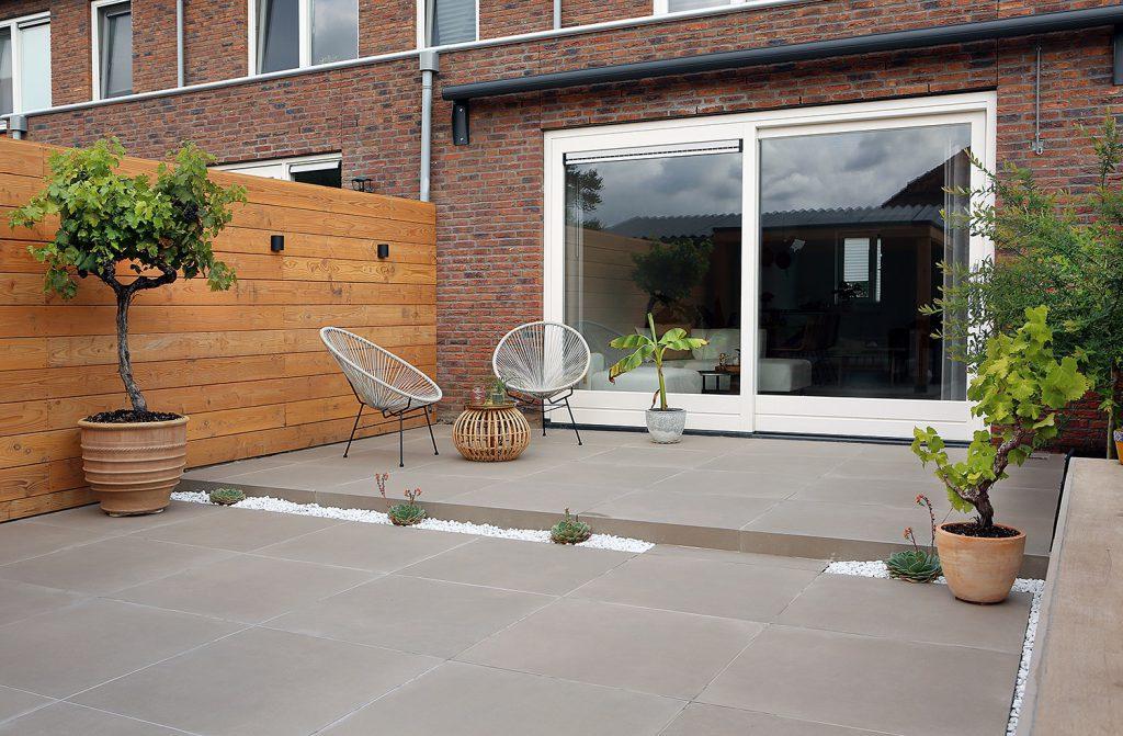 Kleine tuin kunstgras keramiek terrastegels grind split tuinmeubels ontwerp lounge
