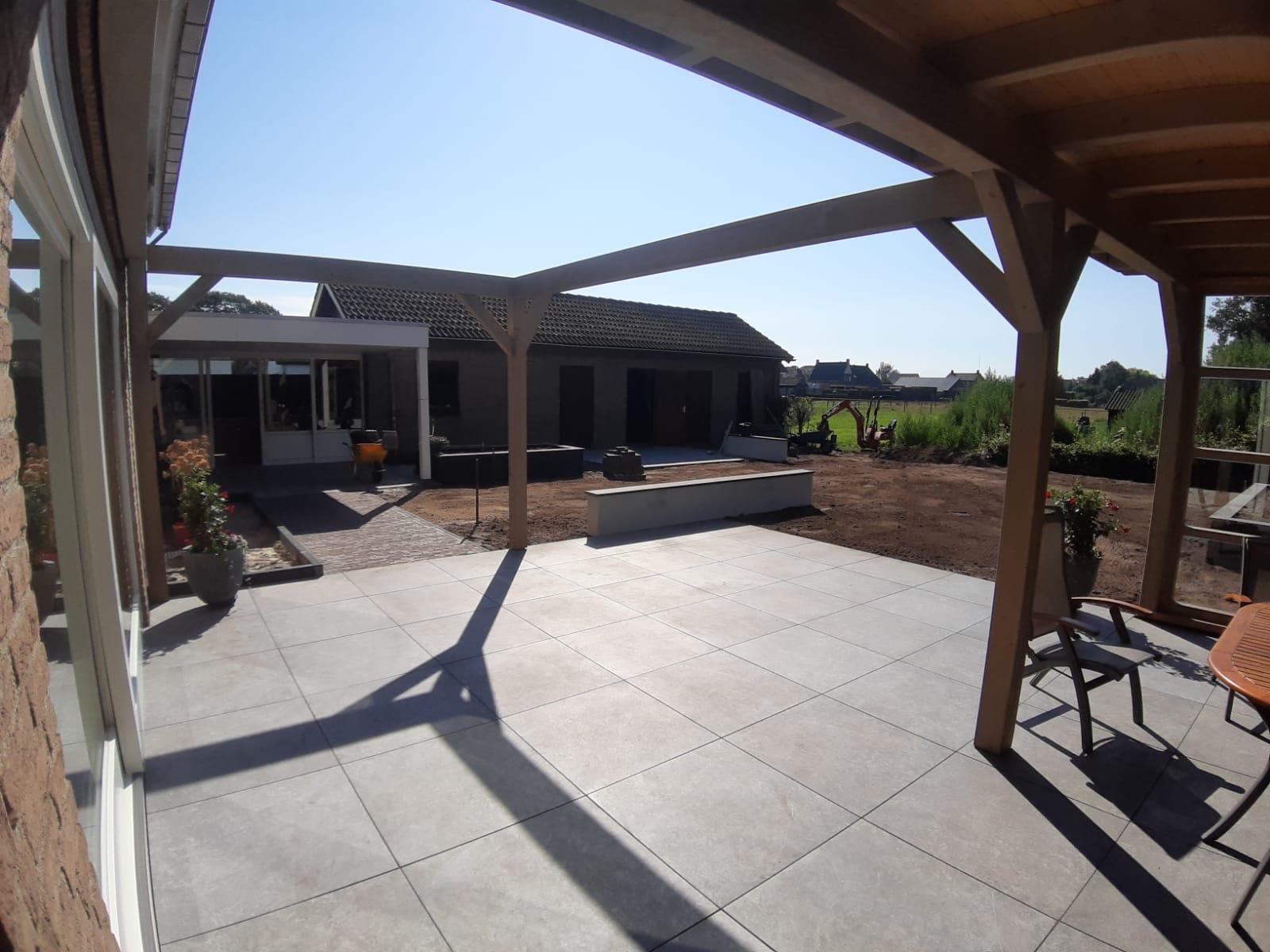 Ysselsteyn GeoCeramica tegels overkapping tuinhuis stapelblokken opsluitbanden
