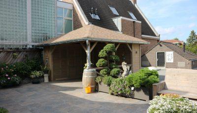 Ysselsteyn tuin terras dakterras keramisch keramische tegeldragers zand tuinhuis veranda overkapping blokhut buitenverblijf terrasoverkapping kapschuur terras trends