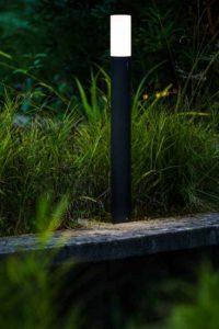 Tuin terras vestigingen sfeer trends geoceramica Nederland hout schuttingen overkappingen blokhutten tuinhuizen vlonder buitenverlichting showtuin tuinmaterialen inspiratie kapschuren kunstgras schutting sfeerimpressie